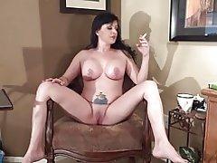 Michelle rökning med benen brett