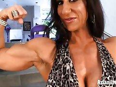Bodybuilder flexar, remsor och onanerar