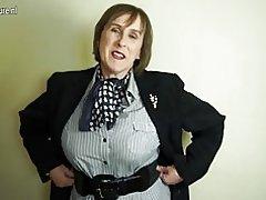 Stygg brittiska mogen mamma leker med hennes håriga fitta
