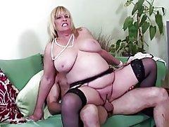 Big boobed mogen sexig mamma knullad av unga älskare
