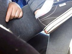Stygg teen gnuggar fitta på buss