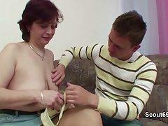 Tyska mor lär ung pojke att knulla