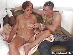 Sexig mormor suger och rider på en gång