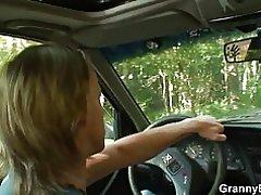 70 år gamla farmor blir knullad vägkanten