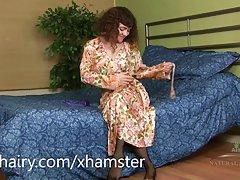 Honung frenetiskt knullar hennes håriga fitta med leksak