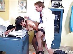Meximilf Ratata quinteros suger knullar hennes läkare!