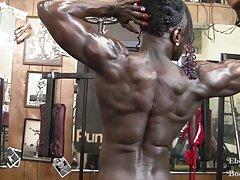 Roxanne edwards - hon är naken, rippade och kraftfull