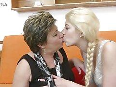 Två gamla och unga lesbiska med hjälp av en doubledong
