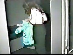 Asiatisk kvinna tog dusch sedan onanerat (ofullständig)