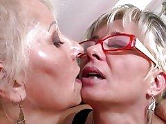 Perfekt mogna mammor på lesbisk trekant