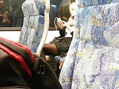 Blond kvinna med verkliga hot ben röra vid dem