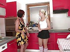 Het mogen och teen lesbisk scen på köket