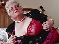Riktigt stora farmor med stora bröst